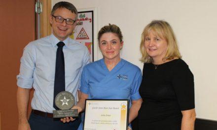 Ysbyty Gwynedd nurse receives special award